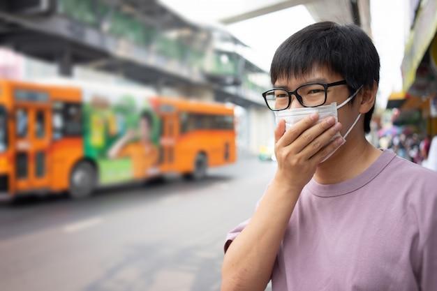 Handsomeman usando máscara facial proteger filtro contra a poluição do ar (pm2.5)