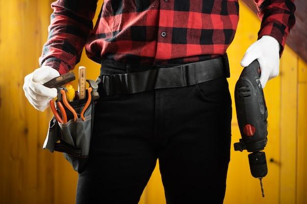 Handyman builder com ferramentas de construção. fechar-se