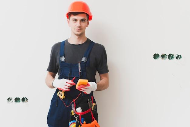 Handyman com ferramentas na parede