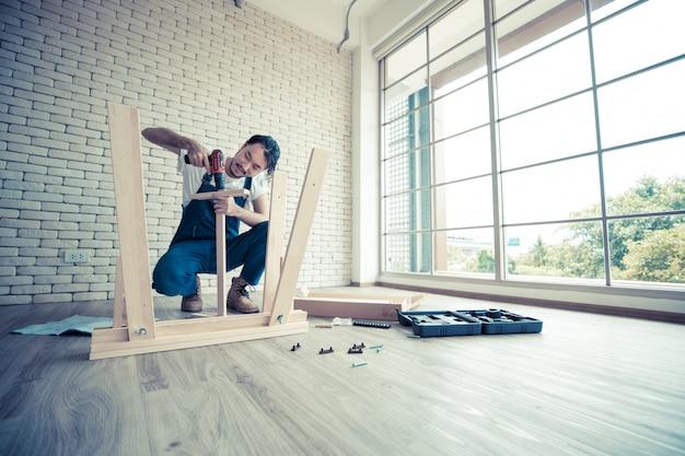 Handyman está montando a mesa.