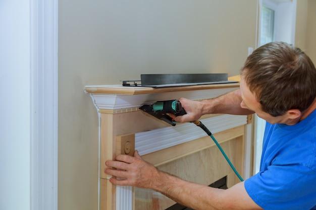 Handyman pregado acima acentos de moldagem na nova casa