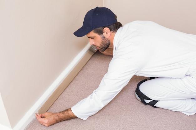 Handyman que estabelece um tapete