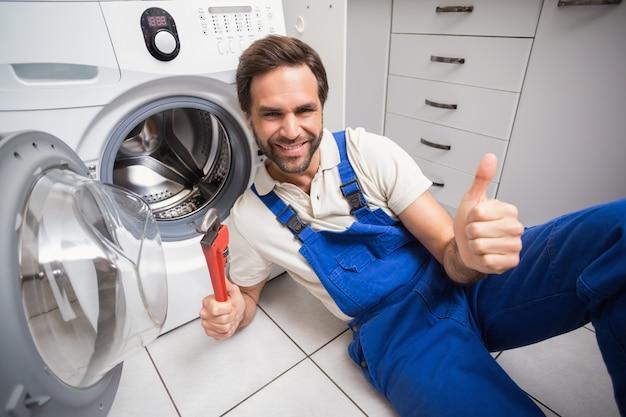 Handyman que repara uma máquina de lavar