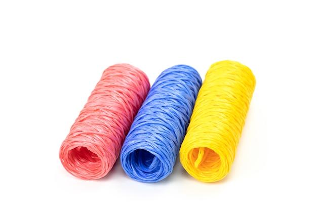 Hanks de barbante colorido - rosa, azul e amarelo. conceito de