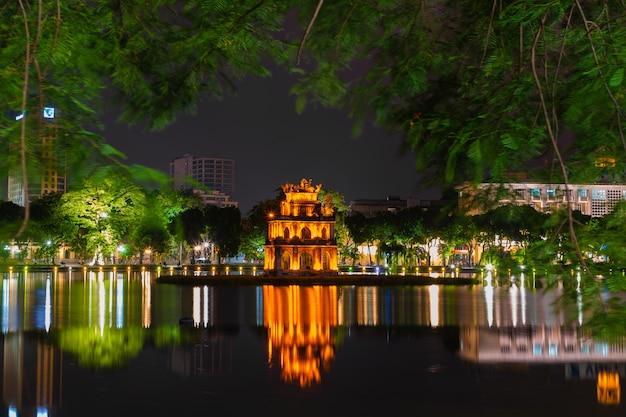 Hanoi vietnã vista noturna do lago hoan kiem, torre da tartaruga.