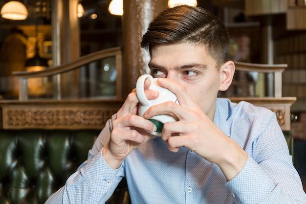 Hansome homem desfrutando de café