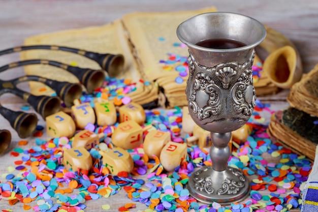 Hanukkah menorah de dreidels em ambiente rústico