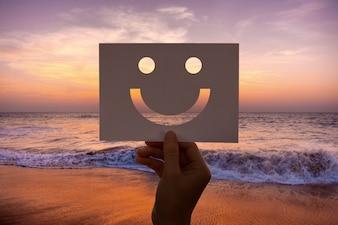 Happines alegre papel perfurado carinha sorridente
