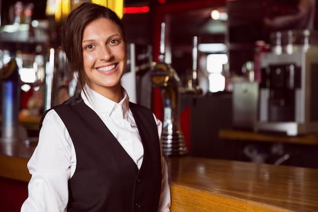 Happy barmaid sorrindo para a câmera