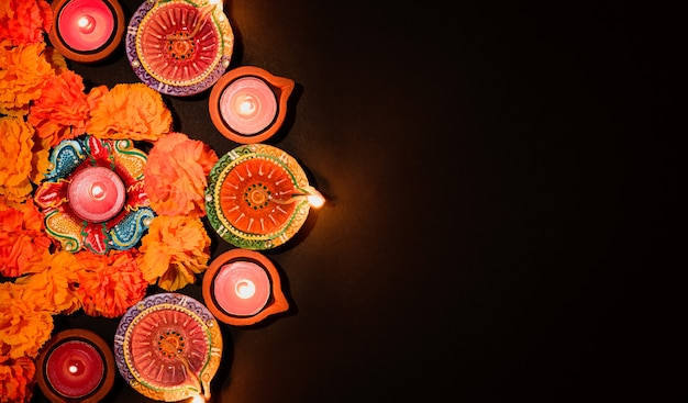 Happy diwali clay diya lâmpadas acesas durante dipavali lâmpada de óleo tradicional colorida diya