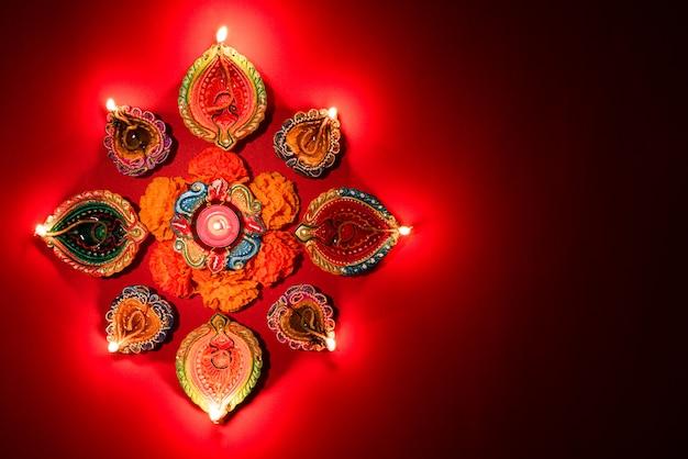 Happy diwali - lâmpadas de clay diya acenderam celebração hindu do festival de luzes