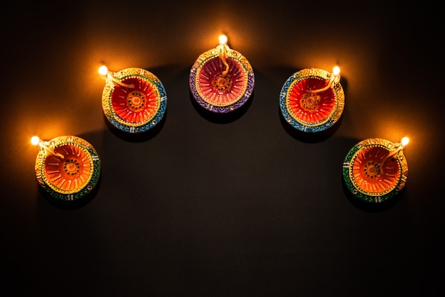 Happy diwali - lâmpadas de clay diya acesas, celebração hindu do festival de luzes
