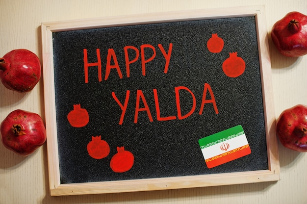 Happy yalda iraniana à noite com romãs
