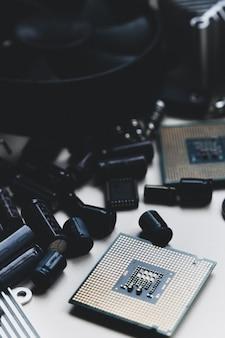 Hardware de computador cpu ventilador refrigerador capacitores radiador e chip engenharia de montagem de reparo de pc