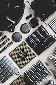 Hardware de computador e laptop no fundo branco com espaço de cópia plana lay vista superior das peças do pc