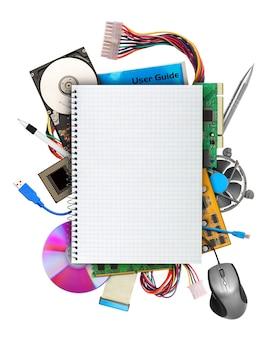 Hardware do computador com um caderno em branco na parte superior. isolado no branco
