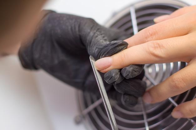 Hardware profissional manicure. procedimento para a preparação de unhas antes de aplicar o verniz para as unhas.
