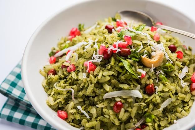 Hariyali poha, green masala pohe ou arroz achatado servido em uma tigela, foco seletivo