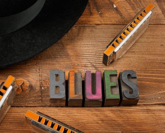 Harpas de blues na madeira e blues de palavra no tipo de tipografia