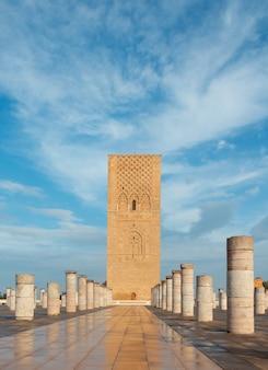 Hassan tower ou tour hassan, o minarete de uma mesquita incompleta em rabat, marrocos.