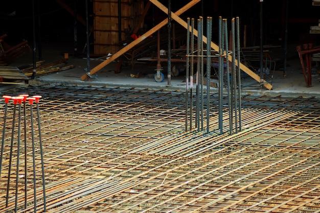 Haste de aço ou barra de aço que foi cruzada por fio de aço