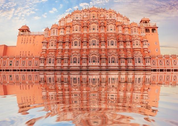 Hawa mahal e seu reflexo, jaipur, índia.