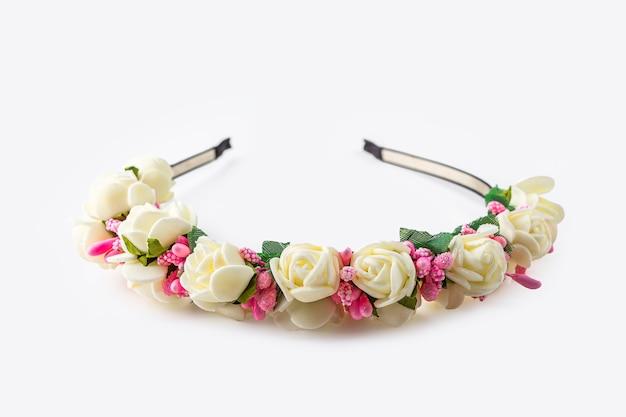 Headband ou coroa de flores brancas e rosa feitas à mão. layout de casamento. acessório vintage.