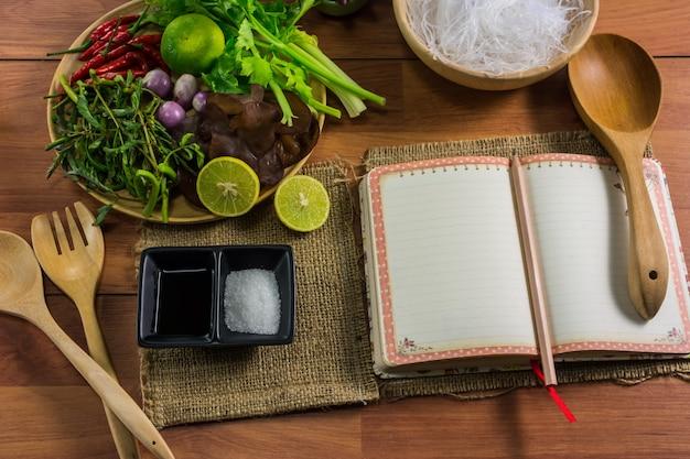 Healthy food.salada com macarrão celofane é um tipo de culinária da tailândia.
