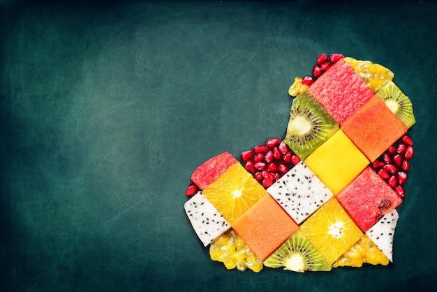 Heart symbol fruits conceito de dieta alimentar