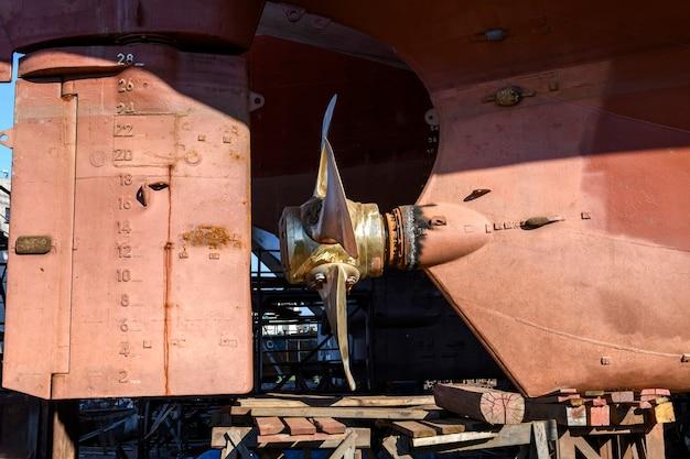 Hélice de passo variável e leme navio de carga em terra no pátio de reparos