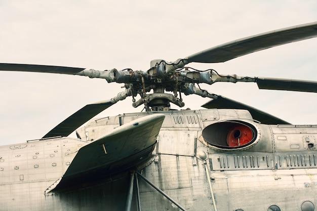 Hélice de um helicóptero close-up em um fundo de céu cinzento