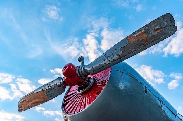 Hélice gasto velha de uma aeronave de parafuso contra o céu azul e nuvens