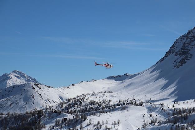 Helicóptero acima das montanhas