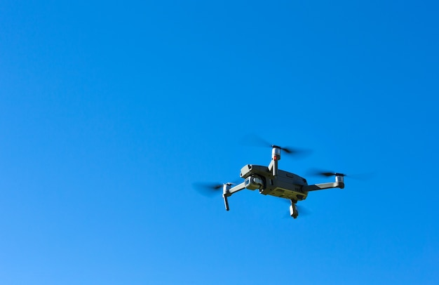 Helicóptero drone voando com câmera digital