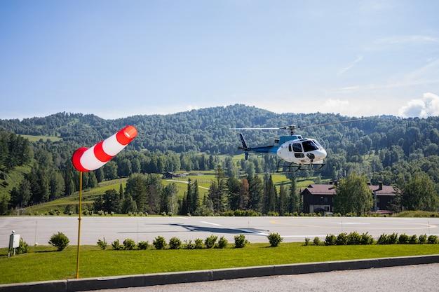 Helicóptero entre montanhas e colinas verdes