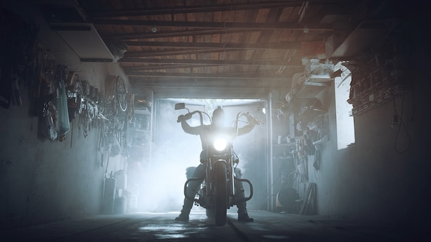 Helicóptero farol na garagem de motoqueiros