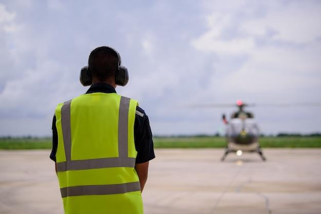 Helicóptero militar estacionado no heliporto em marcha