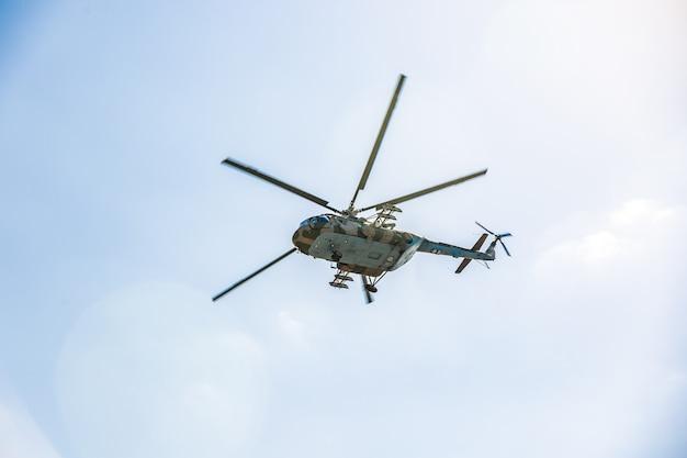 Helicóptero militar voando durante o exercício, realizando uma demonstração militar