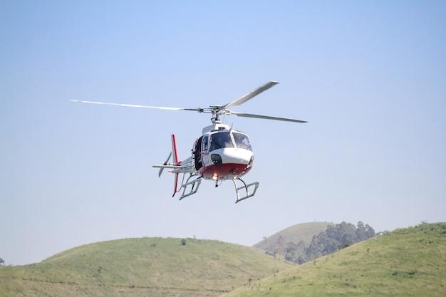 Helicóptero no céu voando baixo sobre a represa