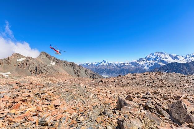 Helicóptero panorâmico da excursão voa sobre a cordilheira dos alpes do sul no parque nacional do mt cook