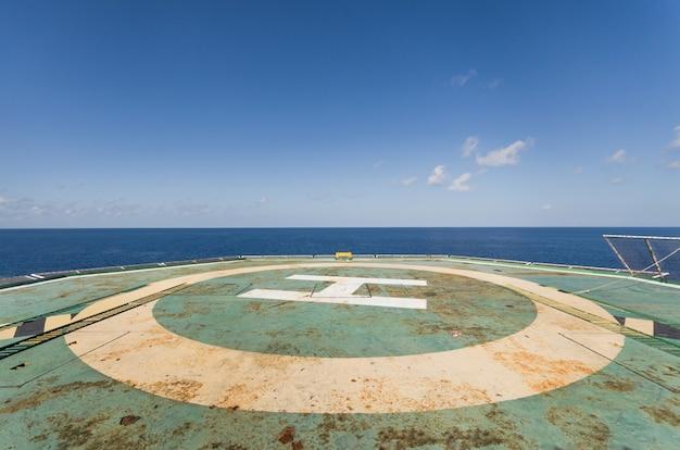 Helideck de instalação offshore verde com céu azul
