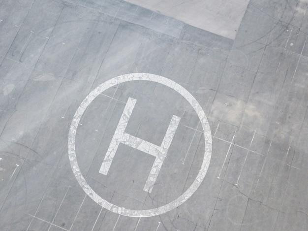 Heliponto de helicóptero na superfície do asfalto com vista da letra
