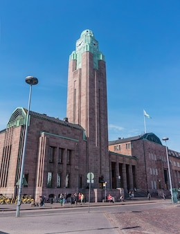 Helsinki, finlândia - 20 de agosto de 2017: edifício com a torre do relógio da estação ferroviária central