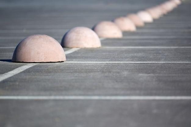 Hemisférios de estacionamento. limitador de estacionamento em concreto. proteção contra estacionamento. elementos para restringir o acesso à zona de estacionamento e controlar o movimento de veículos
