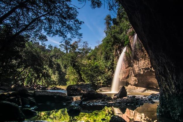 Heo suwat queda de água no parque nacional de khao yai, tailândia
