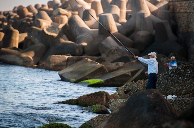 Heraklion, grécia - 18 de outubro de 2012: homem pescando no mar.