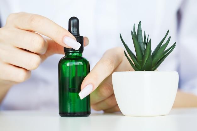 Herb medicine. o cientista, dermatologista faz o produto cosmético de ervas naturais orgânicas no laboratório. skincare saudável de beleza. creme, soro.