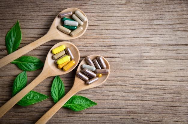 Herbal da natureza ou suplemento natural em madeira