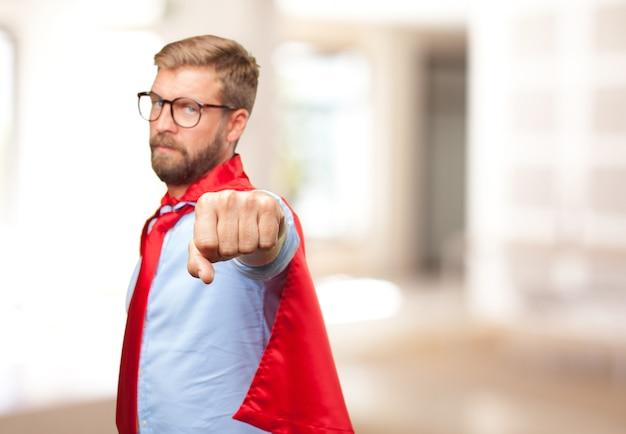 Herói homem loiro expressão de raiva