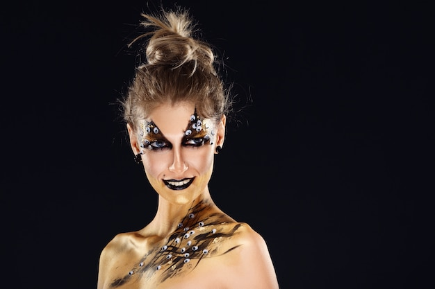 Herói místico, garota de ouro. maquiagem fantasia.